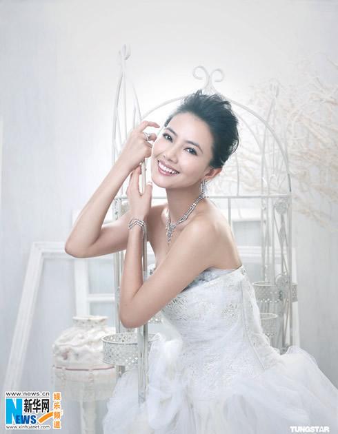 高圆圆披婚纱登杂志封面 演绎高贵性感