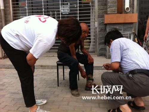 黄骅志愿者带老人医院救治.崔龙腾摄影.高清图片