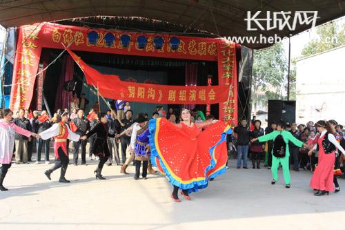 白佛社区居民在国庆重阳文艺联欢会上表演《五十六个民族是一家》。 李佳 摄