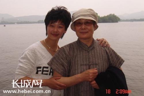 谢涵与她的师父,著名京剧武生表演艺术家裴艳玲老师在一起。 照片由嘉宾提供