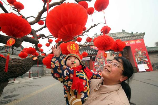 目前庙会各项准备工作已基本就诸,串串红灯笼给即将到来的新年增添了