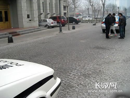 天津河北区 出租车右后轮被街头管井 咬住