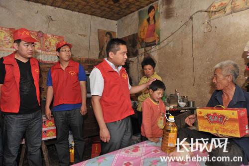 黄骅青年志愿者服务队走访慰问贫