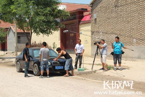 张金发一行人正在拍摄电影。 宋月辉 摄