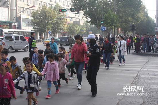 幼儿园小朋友过马路照片