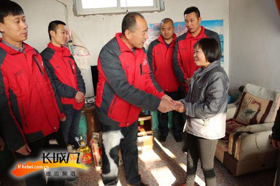 侯振国爱心团队赴唐山献爱心。滑闪雅供图