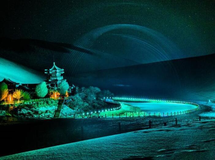 甘肃敦煌大漠夜色雪景斑斓