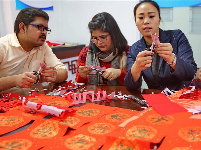 秦皇岛:留学生学剪纸书法 感受传统文化