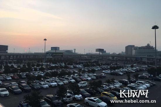 石家庄机场车辆较多 旅客尽量乘坐机场大巴前