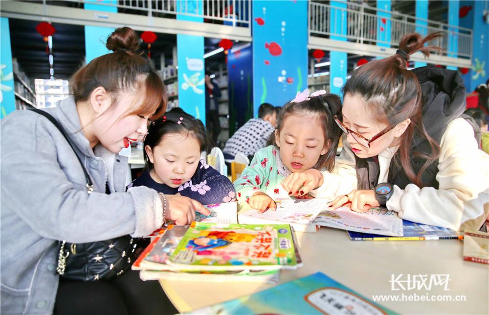 """秦皇岛:小朋友假期""""充电""""忙 图书馆里品书香"""