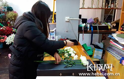 店员忙着包装鲜花。长城网 宁晓雪 摄