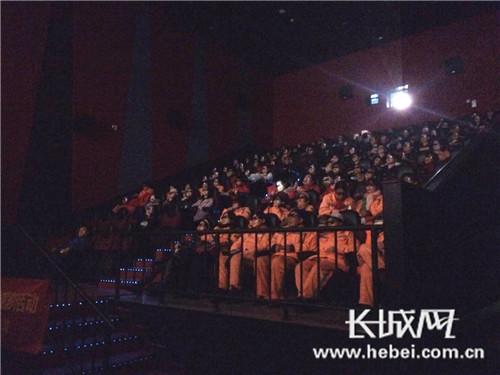 精彩的影片吸引着观众。