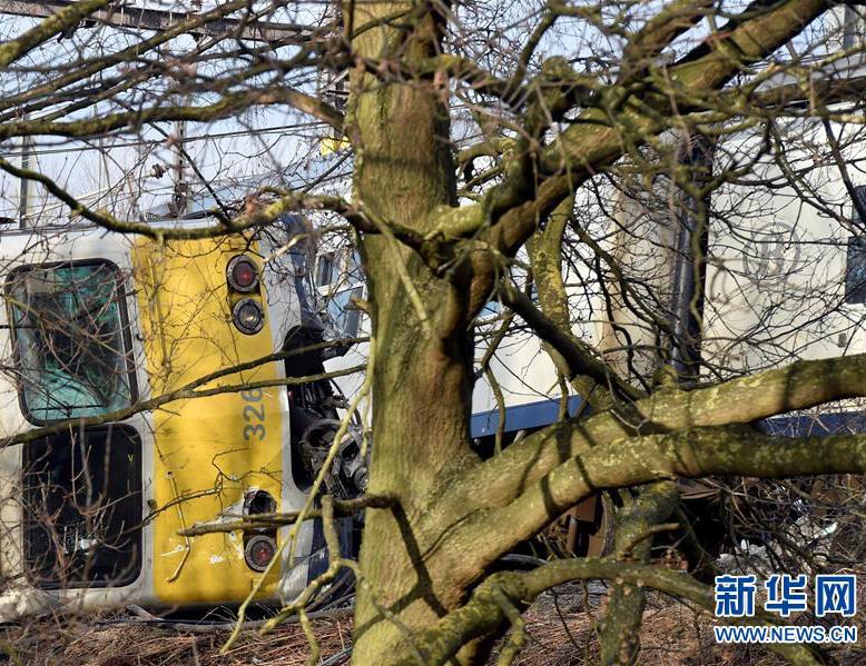 比利时一列车侧翻造成1死27伤