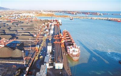 轮船靠泊在秦皇岛港煤炭码头装货(1月22日摄).