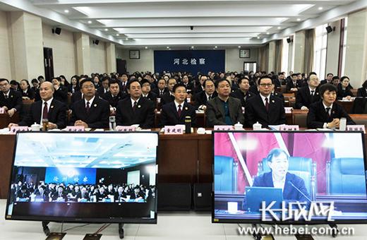 童建明检察长等省院领导同干警一起认真聆听讲座。