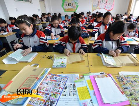 """邯郸:开学第一天 为课本做""""新衣"""""""