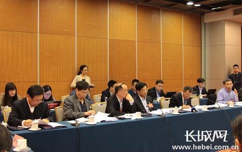 全国政协十二届五次会议的农业39组委员分组讨论。
