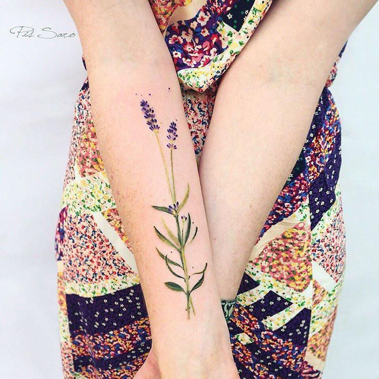 将自然的气息镌刻在身上   乌克兰的刺青师Zolotukhina用更加自然的方式刻画纹身,她会先选取一株植物,用拓印的技术把植物的枝干花叶的轮廓、纹理印在皮肤上,再用刺青技术细细刻画。Zolotukhina将植物纹在女性的背上,自然的生机融合女性的魅力,让Zolotukhina的刺青作品更加鲜活。比起和刺青师沟通图案的设计,自己走近自然寻找属于自己的别致树叶也是一种别样的体验。   (以下图片来自rit.