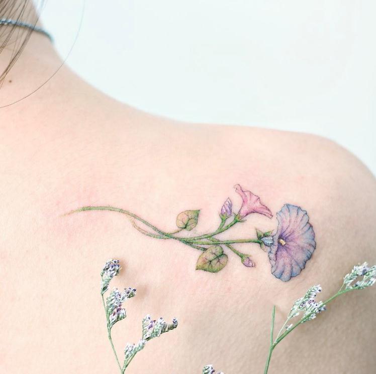 (以下图片来自hktattoo_mini的instagram)   清新淡雅的蓝紫系花朵