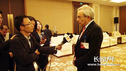 诺贝尔经济学奖获得者克里斯托弗•皮萨里德斯接受河北媒体采访。长城网 李全 摄