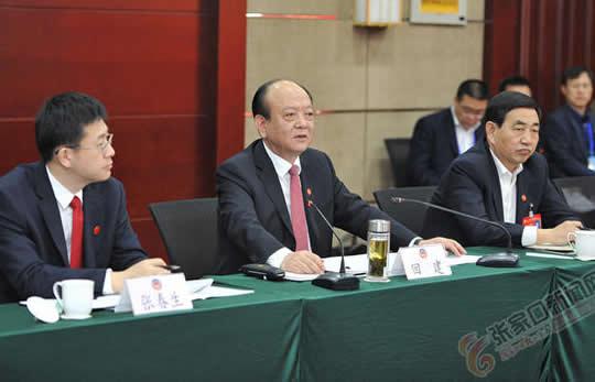 回建与政协委员讨论政府工作报告