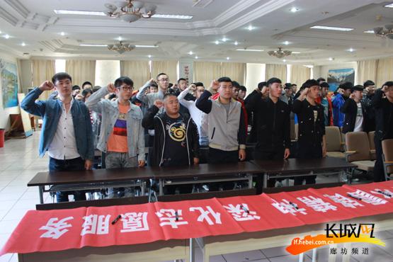 志愿者们进行宣誓。武香君 摄