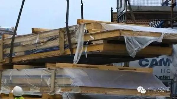 外墙是在工厂提前预制好的,直接吊装就行。第一块墙体吊装就位。外墙已经处理完毕,内墙那格子里面要填充保温降噪的岩棉,再加一层防火的硅酸钙板就可以了。也有的内部空腔填充保温材料的粘土砖,外墙粘贴特厚泡沫保温板板材。被动式房屋所需的不仅能减少热量的损失,而且还能增加保温和舒适度。即使在寒冷的霜冻天气里,室内侧玻璃也能超过17C。