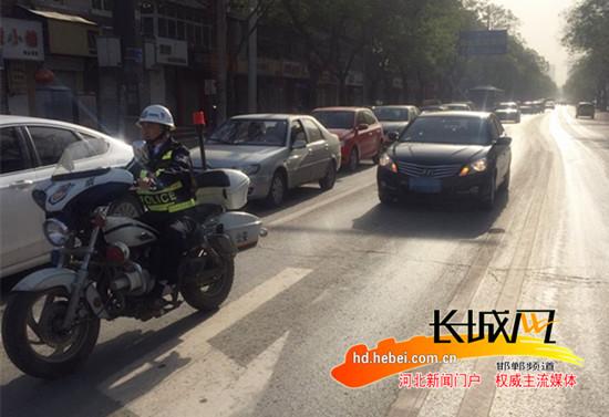 邯郸交警为生命开道 紧急护送危重病人