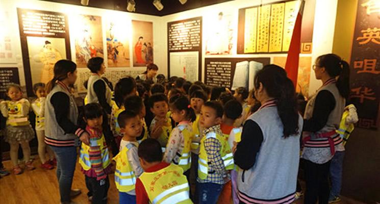 小朋友们在家风家训展馆参观学习