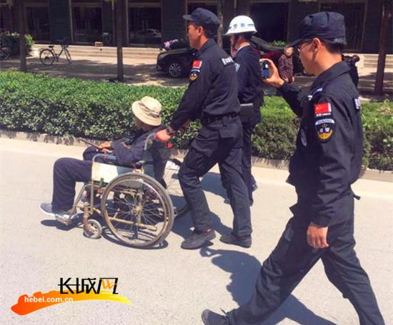 邯郸永年:巡警推轮椅送80岁老人回家