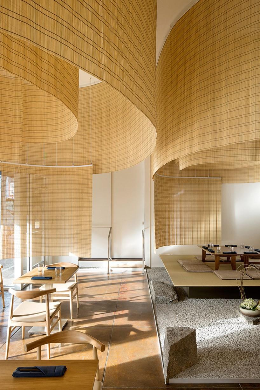 隈研吾近期完成了位于俄勒冈州西海岸波特兰的一家日本餐厅的室内设计。 shizuku by chef naoko将是最新的日本烹饪家园,内部是由着名的日本建筑师打造的舒适的环境。在这里可以享用到结合了手工制作的亚洲菜肴,可谓是正宗的美味佳肴。