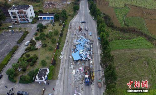 2019-05-22,在209国道广西柳州市融安县浮石镇路段,工人们正在拆除浮石收费站。谭凯兴 摄
