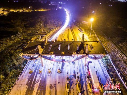 图为2019-06-18深夜航拍的广西柳州市沙塘收费站。 黄威铭 摄