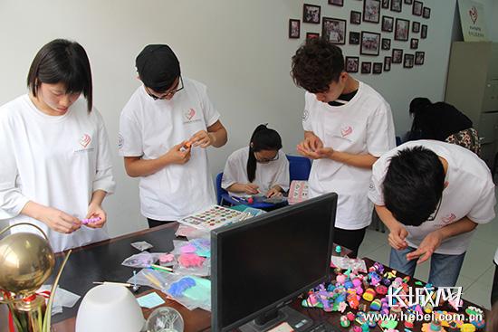 学生们为刘驰精心制作手工艺品. 长城网 胥文燕 摄