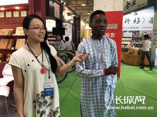 正在直播:世界茶商汇聚,燕赵妹带你逛茶博。