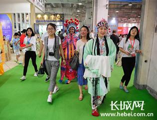 品茶唱戏学书法 国际友人感受中国文化