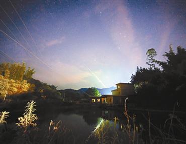 广东夜空现绿火流星
