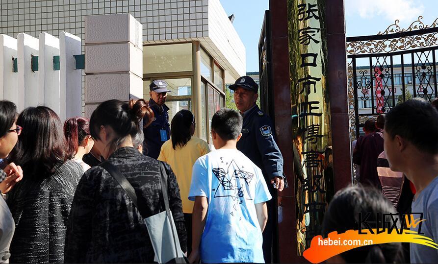 高考第一天 太阳城口高考考生进入考场