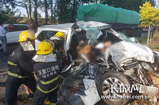消防官兵正在紧张营救越野车内的两名被困人员