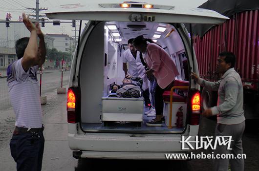 被困司机由现场医护人员送上救护车,前往医院进行救治