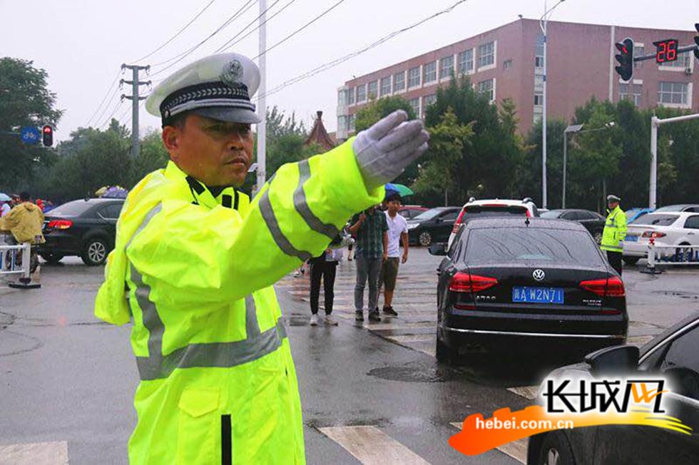[全媒体]沧州美女交警雨中直播 网友大呼暖心了