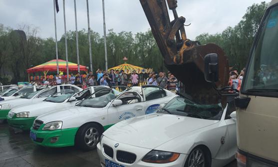 承德交警现场组织砸碎报废、无手续车辆16台
