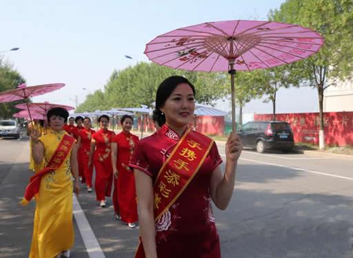 黄骅:千人旗袍巡游展助力文明城市建设