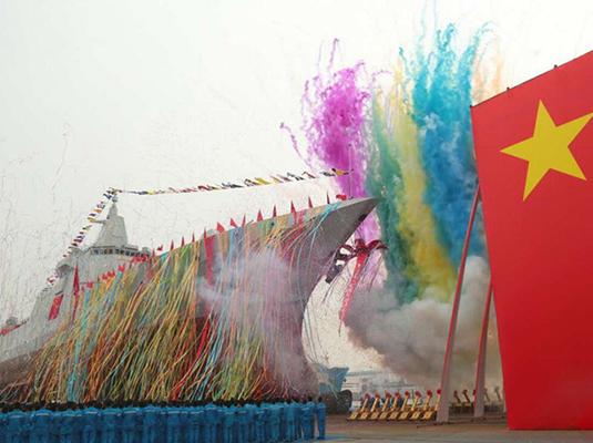 我国新型万吨级驱逐舰首舰下水