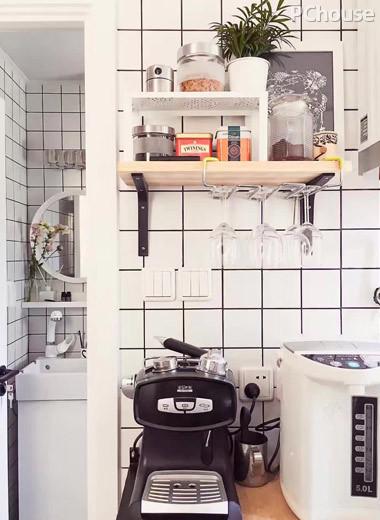 厨房里小小的茶水吧,全天候供应各种茶水饮料,无限续杯