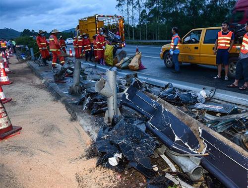 广东龙门发生客车侧翻事故致19人死亡
