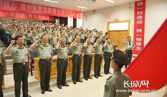 全体官兵面对鲜红的党旗庄严宣誓。记者 李全 摄