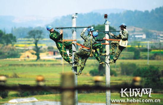 电杆被撞断   平山供电公司及时抢修