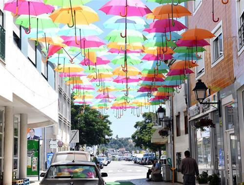 五彩雨伞扮靓葡萄牙小城城市节