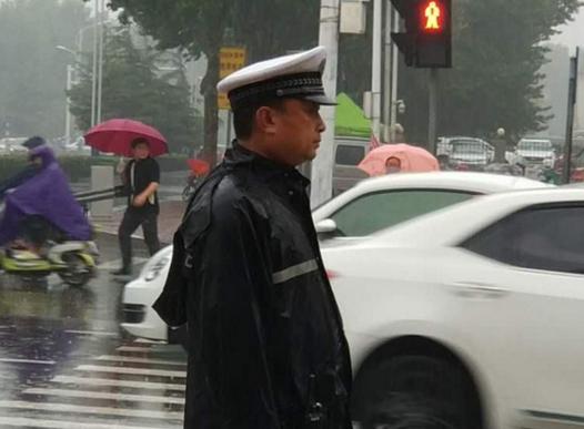 邢台交警:风雨中护航城市交通安全